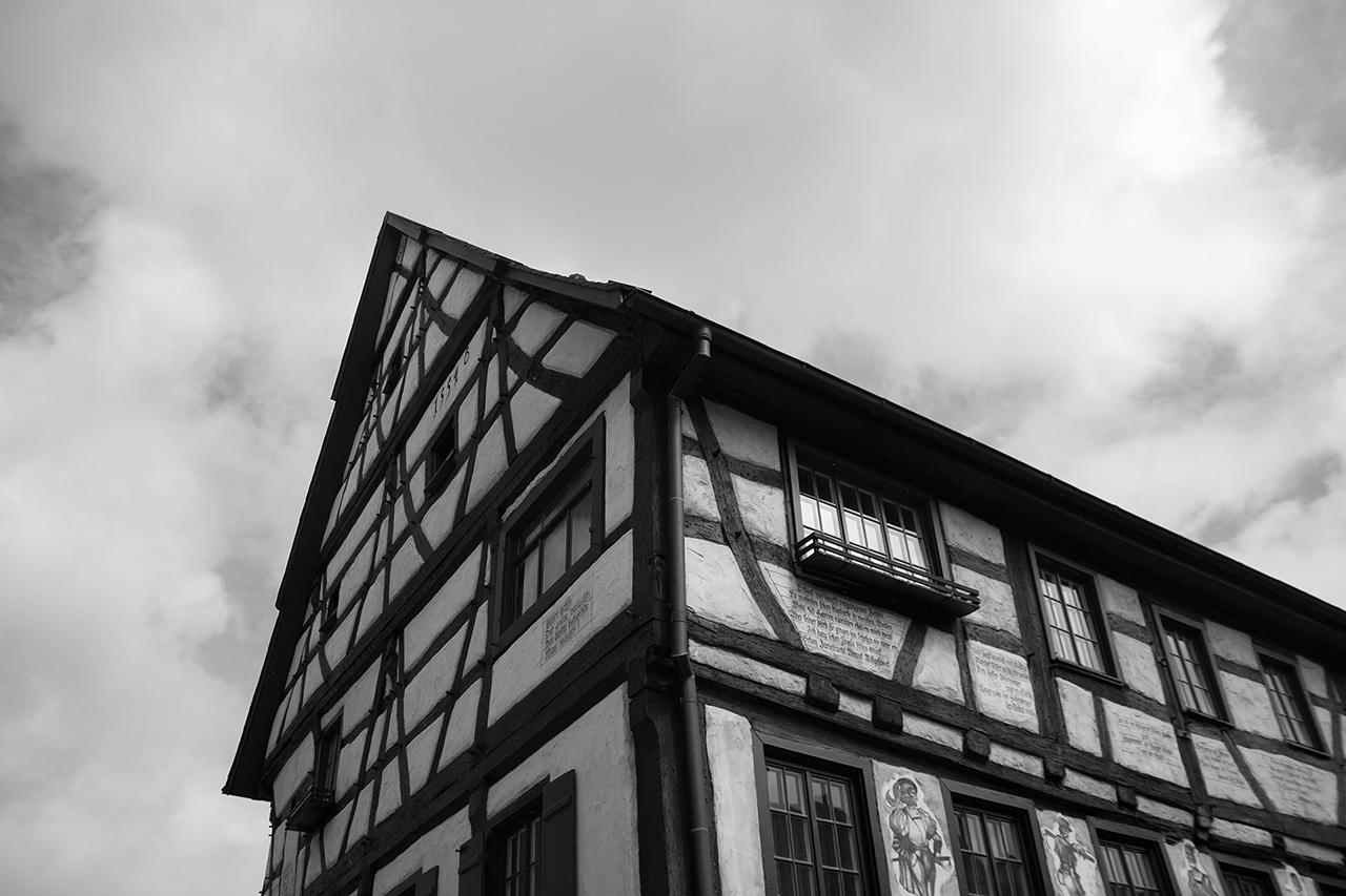 Scharf Eck Museum Fassade Schwarz-Weiß